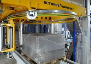 Фото упаковщика в стрейч пленку поддонов с тротуарной плиткой - Палетообмотчик Octopus