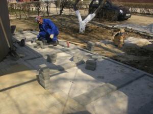 Фрагмент укладка тротуарной плитки в Туле