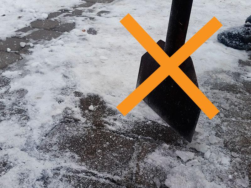 Не используйте металлические предметы при очистке тротуарной плитки от наледи