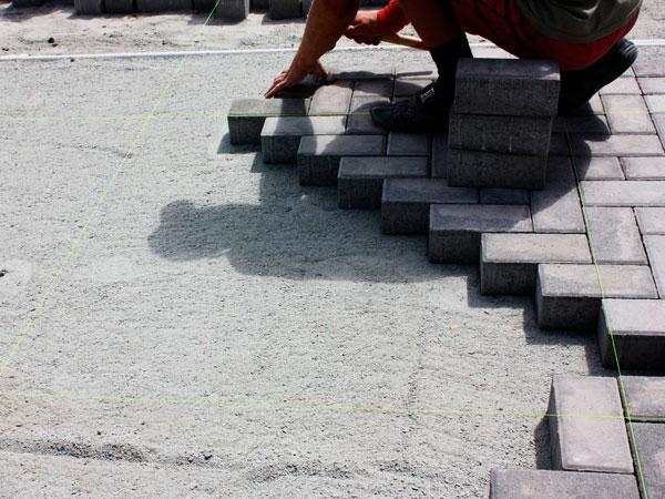 Укладка тротуарной плитки на цементную смесь или мучку