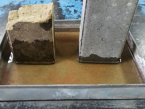 Экспресс-тест на водопоглощение брусчатки (справа stellard)