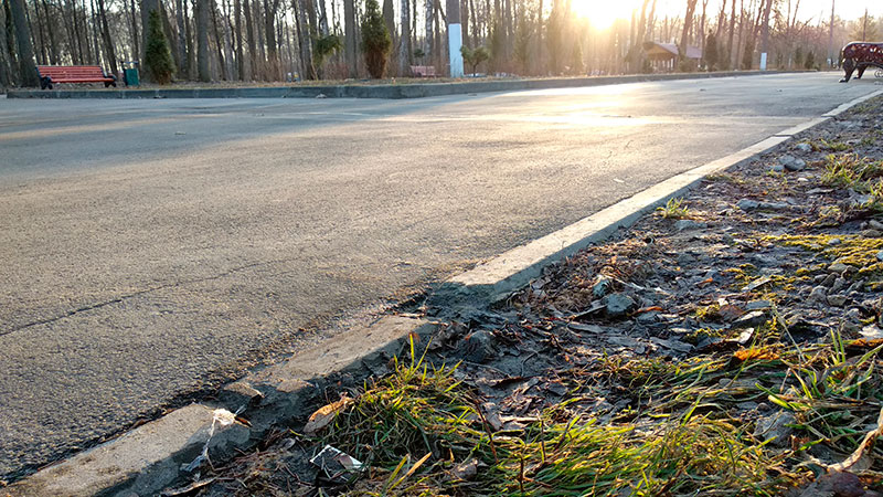 тротуарный бордюрный камень дешевый - но некачественный